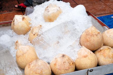 Frische Kokosnüsse auf dem Markt einfrieren