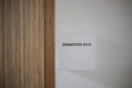 Spenden Sie Geld - Donation Box flach Stil Standard-Bild