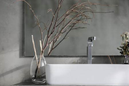 浴室間白いシンクと蛇口