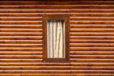 Eine alte verwitterte Fenster auf einem verlassenen Gebäude Standard-Bild
