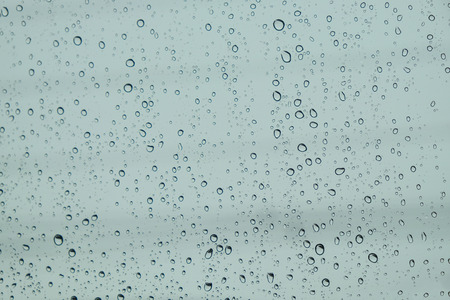 Tropfen regen auf Glas, regen fällt auf klare Fenster