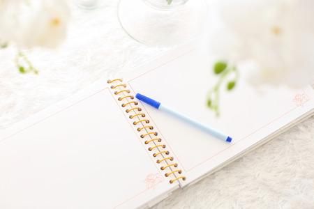 leeres Notizbuch auf einem weißen Holztisch Standard-Bild