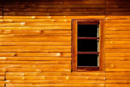 Fenster und hölzerne Wand