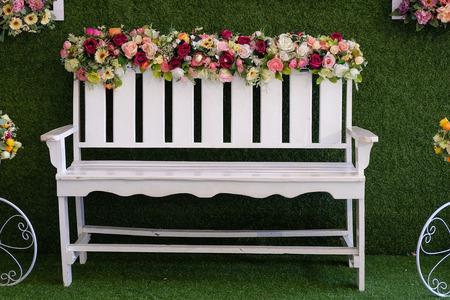 Weiße Stühle mit Blumen geschmückt Lizenzfreie Bilder - 46785263