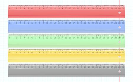 Transparante meerkleurige kunststof linialen ingesteld. Het meten van liniaalinzameling. Veelkleurige transparante linialen op school notebook blad. Realistische vectorillustratie. Stock Illustratie