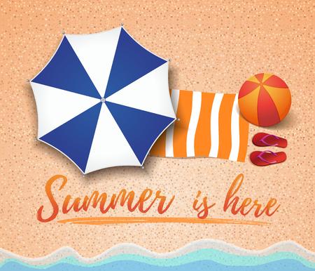 Zomer conceptontwerp. Bovenaanzicht op zee strand, step-ins, handdoek en een grote opblaasbare bal. De zomer is hier. Vector illustratie