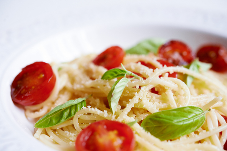 pasta with cherry tomatoes and basil close up 免版税图像