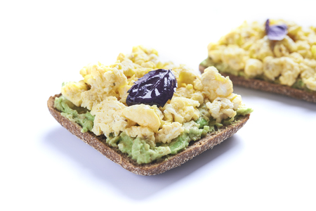 sandwich with scrumble egg and avocado