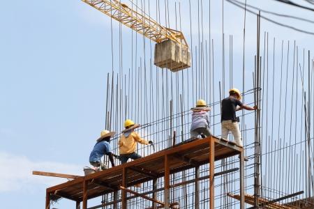 Baustelle mit Kran und Arbeitnehmer