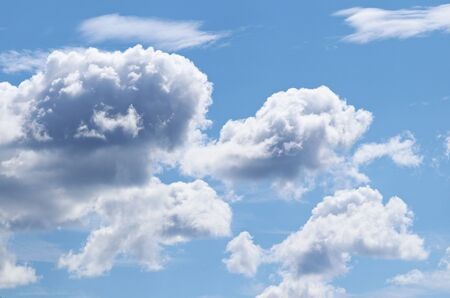 Cumulus clouds on a sunny day in the blue sky in summer. Imagens