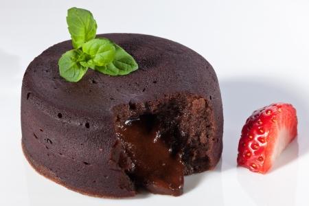 Chocolade fondant met aardbeien Stockfoto