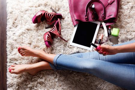 piernas con tacones: Primer plano de la parte interior de la bolsa de una mujer