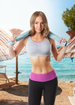 De vrouw die van de schoonheid haar training op het strand doet