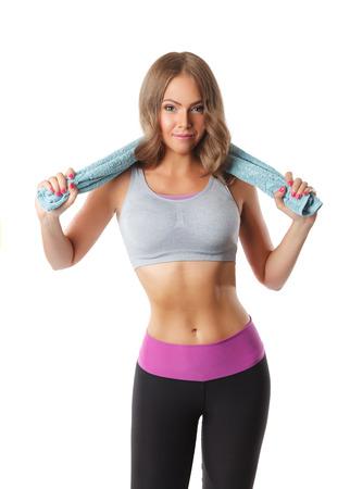 Geschikte die vrouw na training met een handdoek op wit wordt geïsoleerd Stockfoto