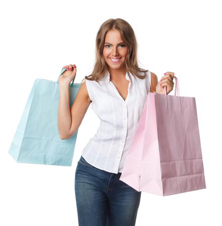 Mooie gelukkige die vrouw met document zakken op wit wordt geïsoleerd Stockfoto