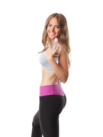 zumba: Montar la mujer bonita que sostiene una botella de agua antes del entrenamiento Foto de archivo