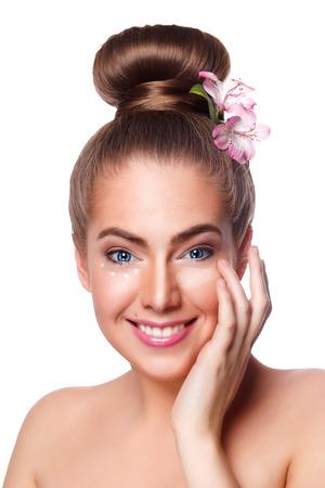 Beauty vrouw toepassing concealer op het gezicht met de vingers Stockfoto - 43643074