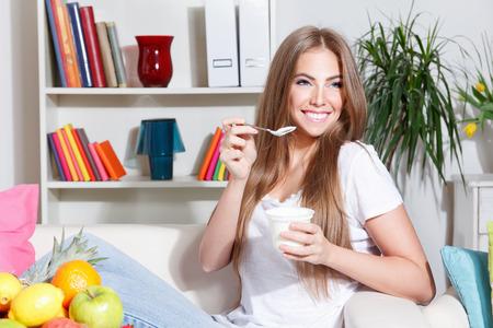 다이어트 먹는 요구르트에 예쁜 여자 스톡 콘텐츠