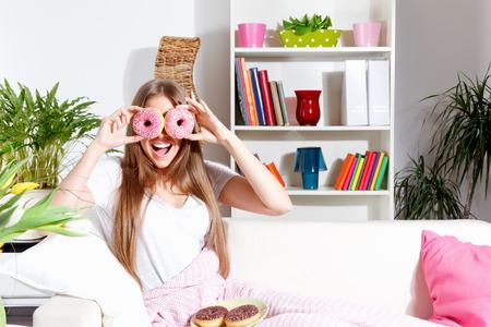 Grappige vrouw maakt plezier met donuts