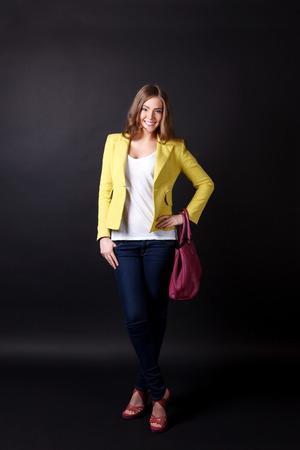 in jeans: Linda mujer posando con una bolsa Foto de archivo