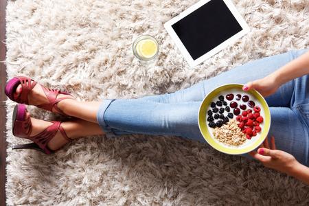 yaourt: Gros plan le bol de petit-déjeuner sain Banque d'images