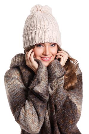 mujer bonita: Mujer bonita sonriente cubierto con ropa de abrigo