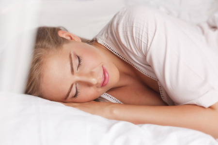 mujer en la cama: Mujer de la belleza que duerme en la cama
