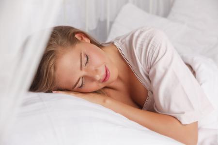 buonanotte: Bella donna che dorme nel letto Archivio Fotografico