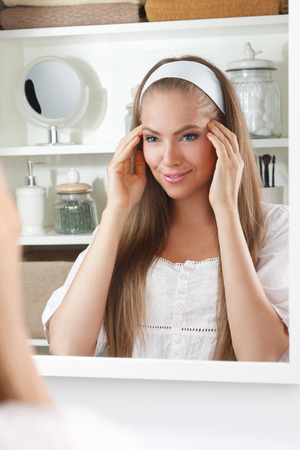 espejo: Mujer bonita que da el jefe de masaje