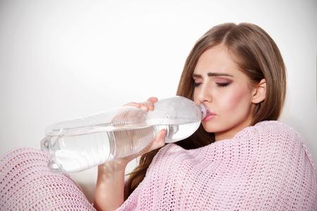 agua potable: Hermosa mujer de agua potable de la botella Foto de archivo