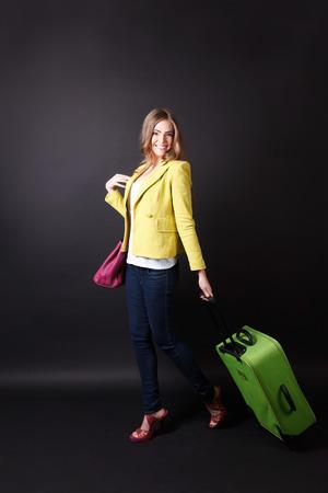 valise voyage: Jolie femme marchant avec un bagage Banque d'images
