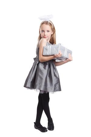 mignonne petite fille: Exploitation Cute petite fille un cadeau isolé sur blanc