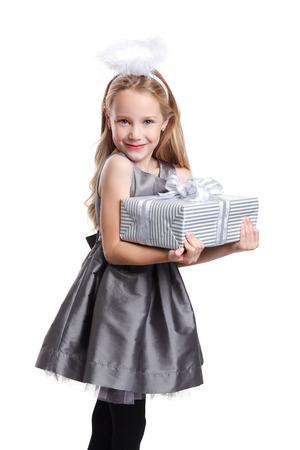 navidad elegante: niña hermosa que sostiene un regalo envuelto Foto de archivo