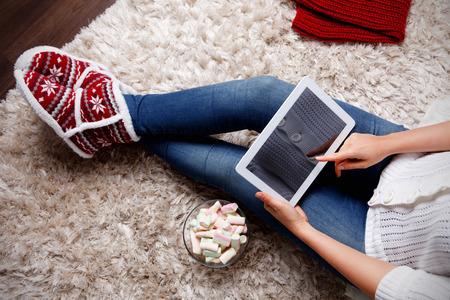 Vrouw die een tablet thuis Stockfoto - 47052472
