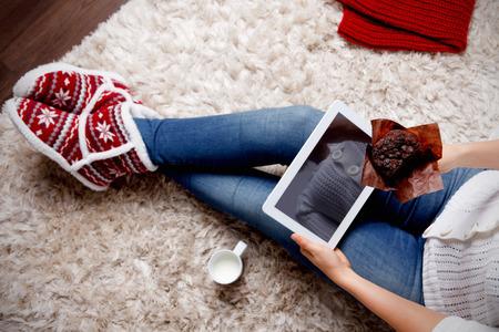 mujeres fashion: Mujer con una tableta de comer magdalenas