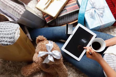 Vrouw met creditcard te bestellen van tablet Stockfoto
