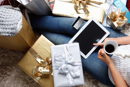 navidad: Mujer que hace compras en línea en Navidad
