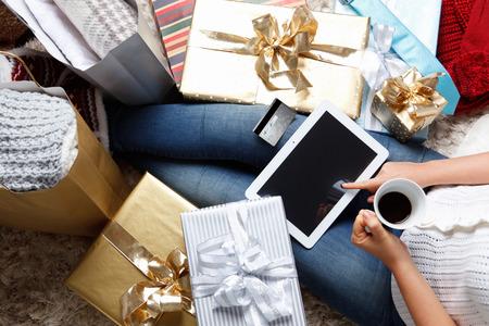 donna ricca: Donna di ordinare on-line con carta di credito