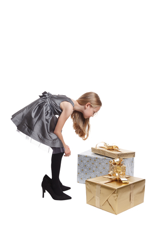 comprando zapatos: Niña bonita con regalos Foto de archivo