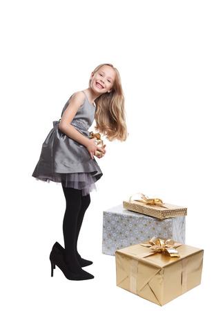 comprando zapatos: Niña bonita con tacones altos aislados