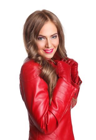 bata blanca: Mujer atractiva en la chaqueta de cuero rojo aislado en blanco