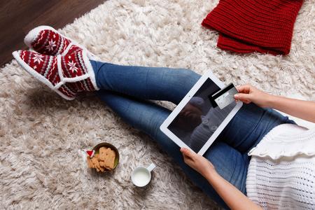 Vrouw online winkelen met een creditcard