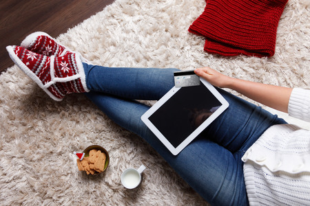 Woman holding a tablet and a credit card Foto de archivo