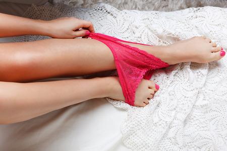 jolie pieds: Close-up de la culotte rose sexy sur les pieds d'une femme