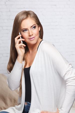 Close-up van een mooie vrouw te praten aan de telefoon