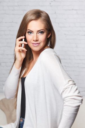 Mooie vrouw die op de mobiele telefoon