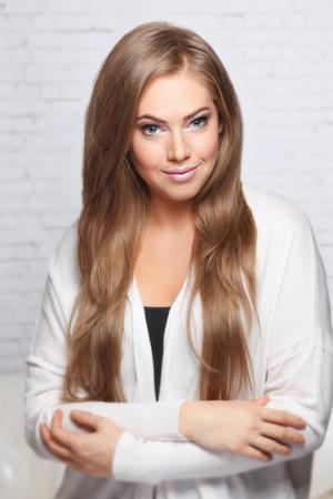 femme brune sexy: Portrait d'une belle jeune femme Banque d'images
