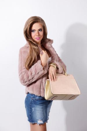 mini jupe: Sexy femme riche fourrure portant Banque d'images