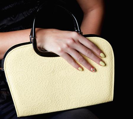 Close-up van een mode-tas met bijpassende spijkers voor de lente
