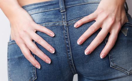 Vrouwenvingers met mooie Franse manicure Stockfoto